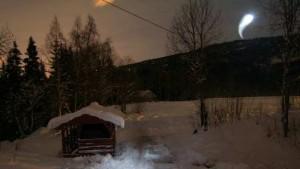 Alterskjær, que vive em Øyjord , estava  fotografando as luzes do norte na noite de 1 novembro, quando de repente sobre ela veio  a misteriosa luz.